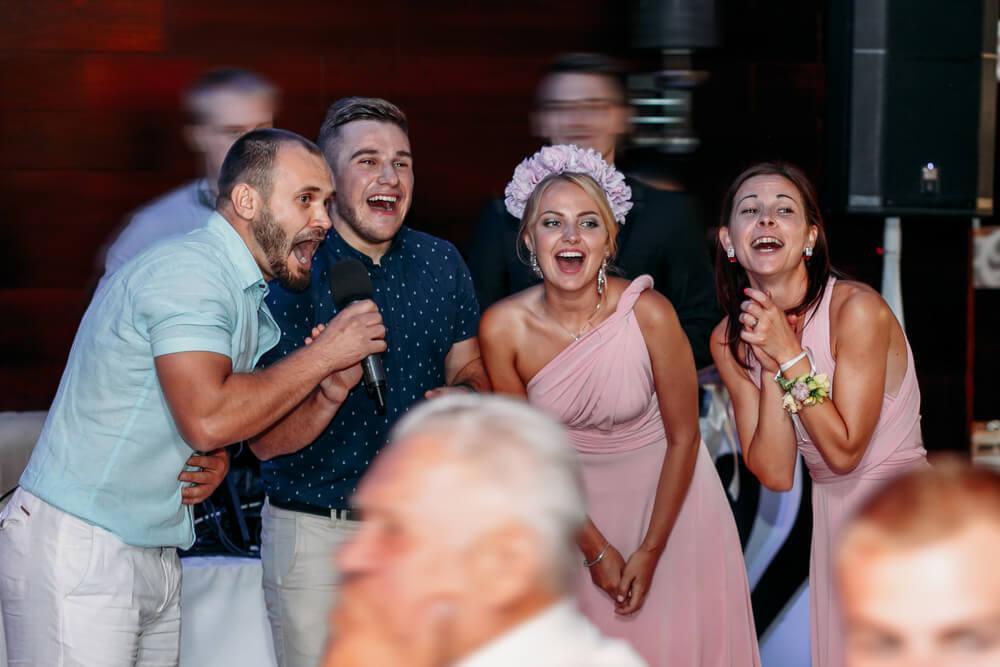 הקלטת שיר בהפתעה לחתן וכלה מהחברים או מהמשפחה - מה צריך לדעת?